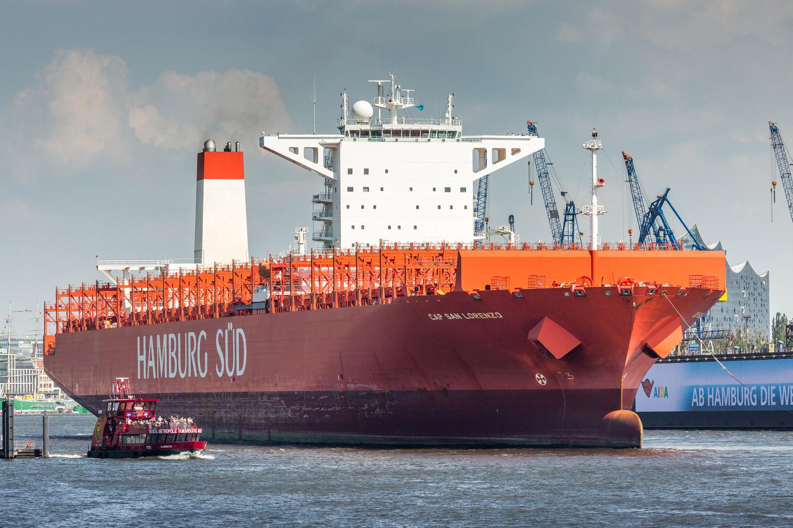 Containerschiff von Hamburg Süd im Hamburger hafen