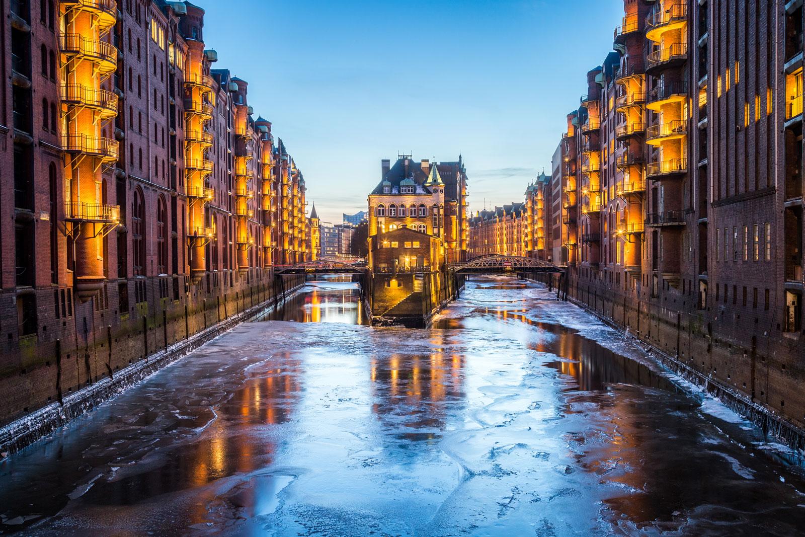 Speicherstadt in Hamburg mit Schnee und Eis