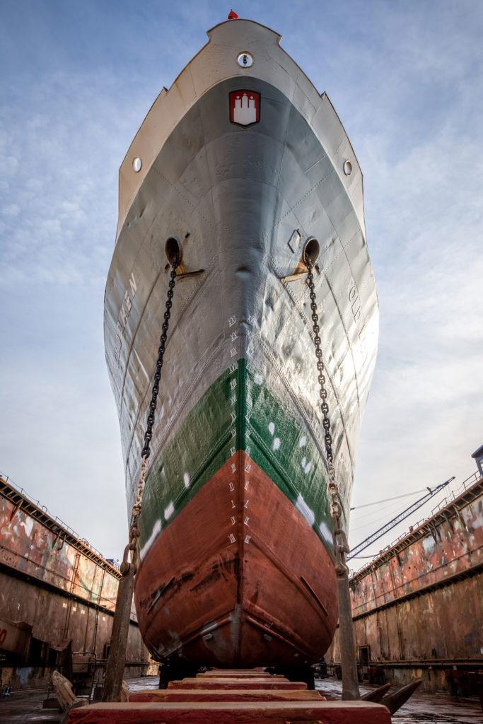 MS Bleichen in der Werft in Hamburg