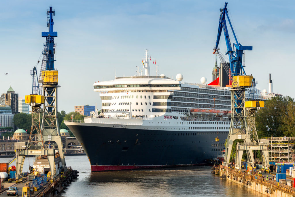 Queen Mary 2 in der Werft von Blohm & Voss in Hamburg