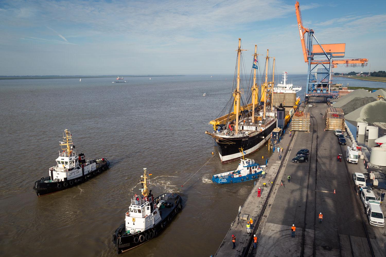 PEKING verlässt das Dockschiff in Brunsbüttel