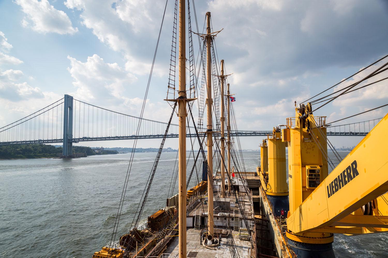 Die Peking verlässt New York in einem Dockschiff